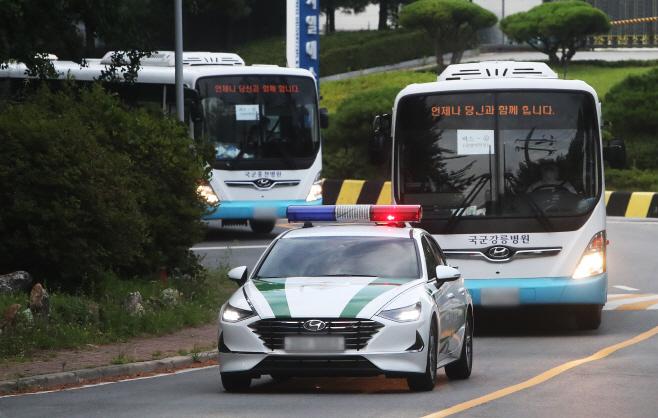 생활치료센터 들어가는 청해부대원 탑승 버스