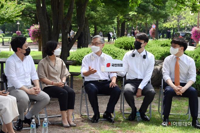 [포토] 대변인단과 야외 간담회 갖는 최재형 전 감사원장