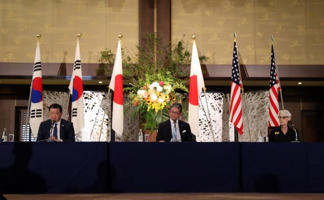 공동 기자회견 하는 한미일 외교차관