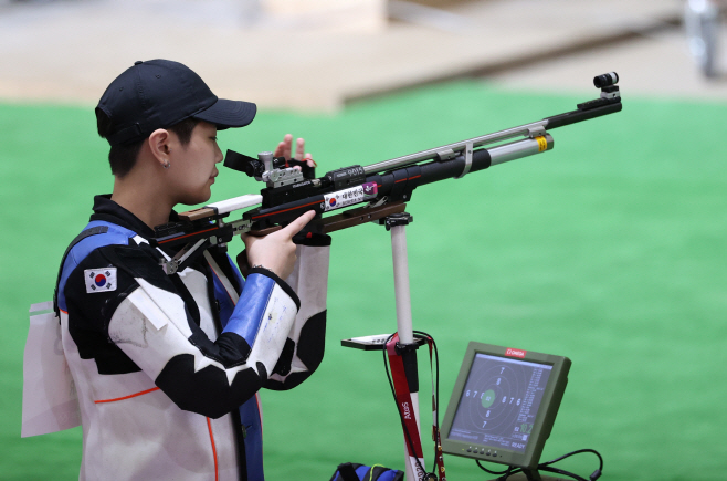 [올림픽] 10m 공기소총 예선에 나선 박희문<YONHAP NO-0719>
