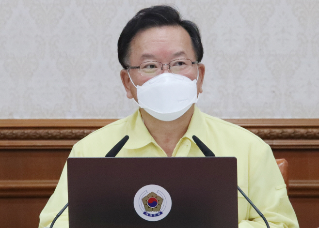 임시 국무회의에서 발언하는 김부겸 총리