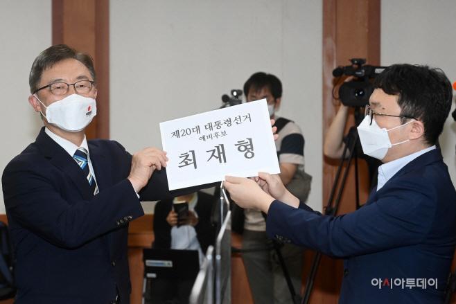 [포토] 대선 예비후보 등록하는 최재형…본격 대선경쟁 돌입