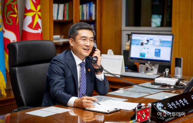 국방부장관 전화통화 사진 (1)