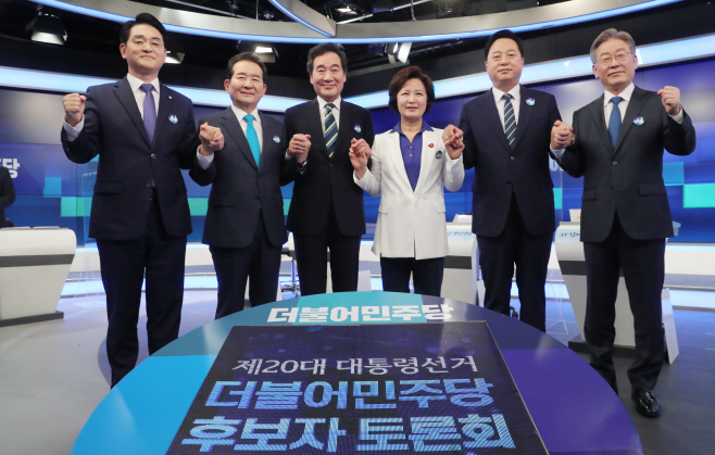 TV토론에 앞서 포즈취하는 민주당 대선경선 후보들