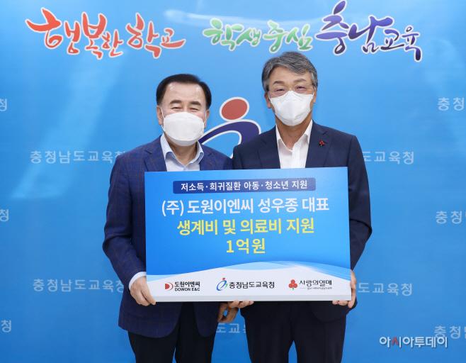 김지철 충남교육감(왼쪽)이 성우종 ㈜도원이.
