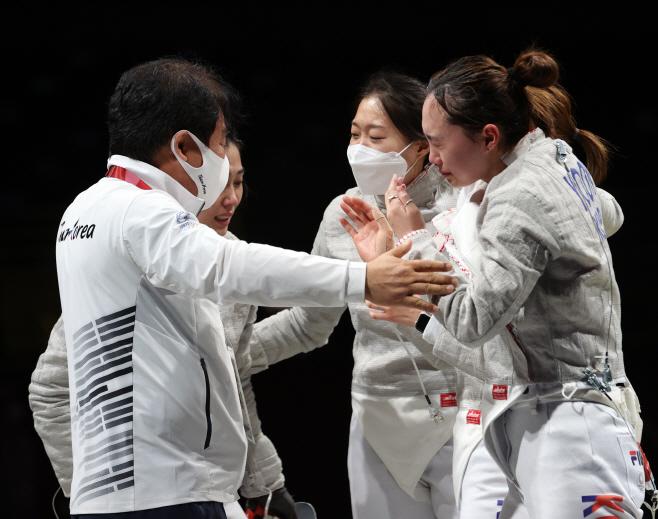 [올림픽] 눈물바다된 여자 샤브르 대표팀<YONHAP NO-1462>