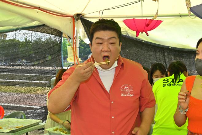 (재)봉화축제관광재단2-은어튀김을 맛보고있는 유민상