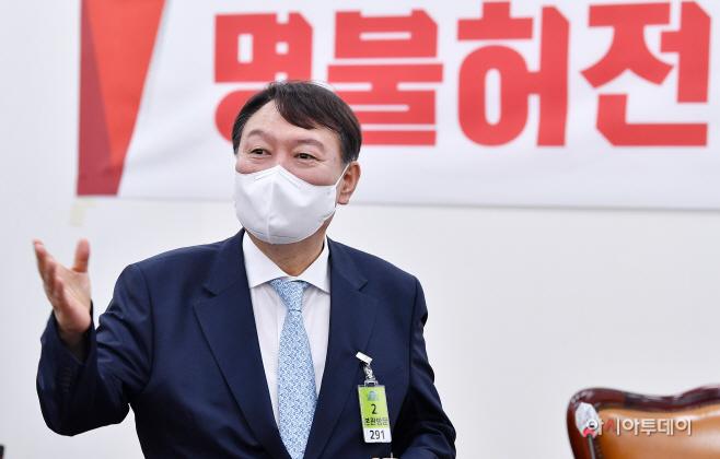 [포토] '명불허전 보수다' 초청 강연 참석하는 윤석열