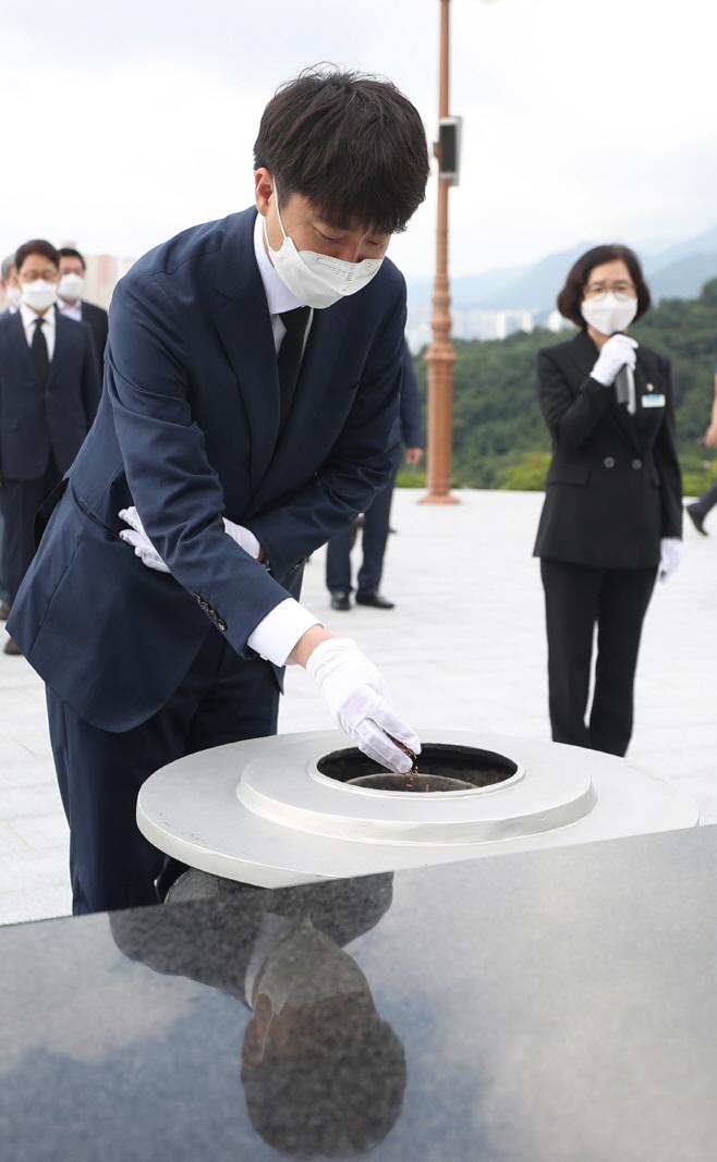 이준석 대표, 민주 묘지 참배<YONHAP NO-1412>