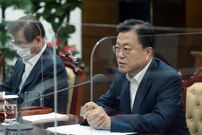 군 주요 지휘관 보고 회의 주재하는 문 대통령