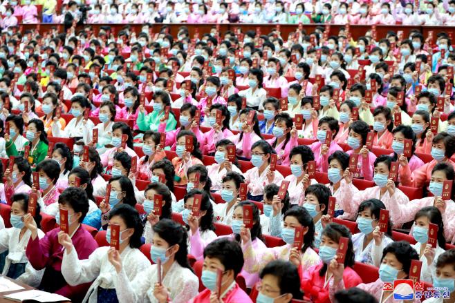 북한, '사회주의여성동맹' 대회…당원증 든 참가자들
