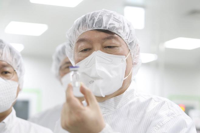 개발중인 코로나19 백신 살펴보는 윤석열