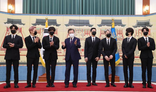 BTS와 기념사진 촬영하는 문 대통령