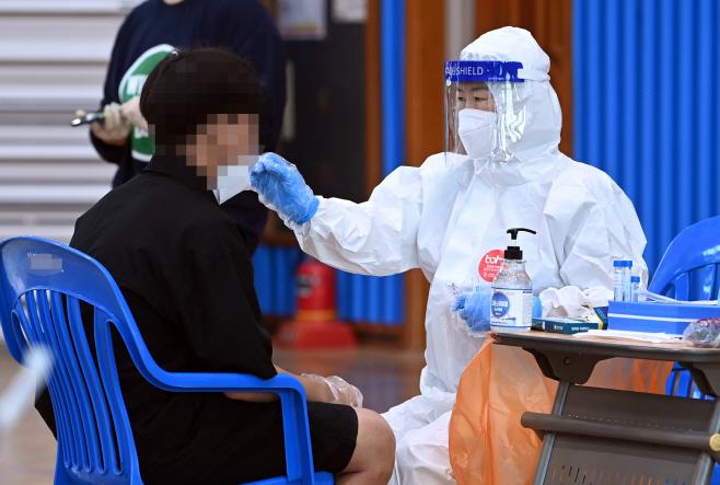 중학교 집단감염…전수검사 실시<YONHAP NO-2350>