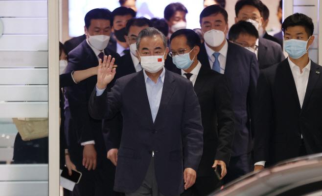 인사하는 왕이 중국 외교부장