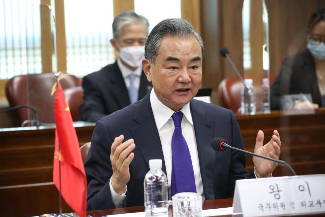 회담하는 왕이 중국 외교부장