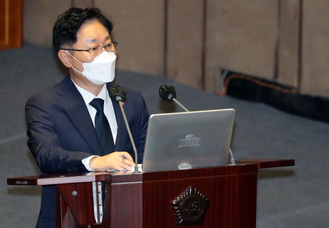 답변하는 박범계 법무부 장관