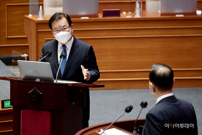 [포토] 김부겸 국무총리 ' 홍문표 국민의힘 의원의 질의에 답변'