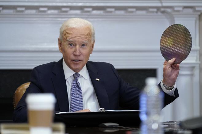 반도체 회의에서 실리콘 웨이퍼 꺼내든 바이든 미 대통령