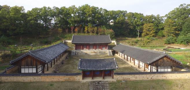상주향교 내 대성전과 동·서무 모습