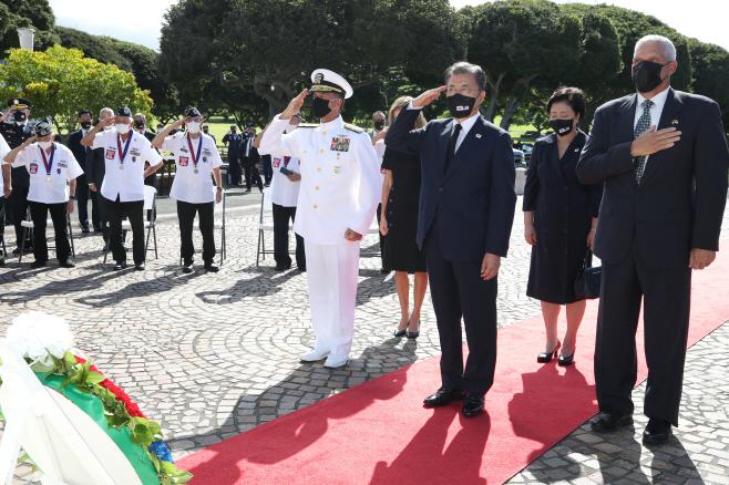 문 대통령, 하와이 펀치볼 국립묘지 참배