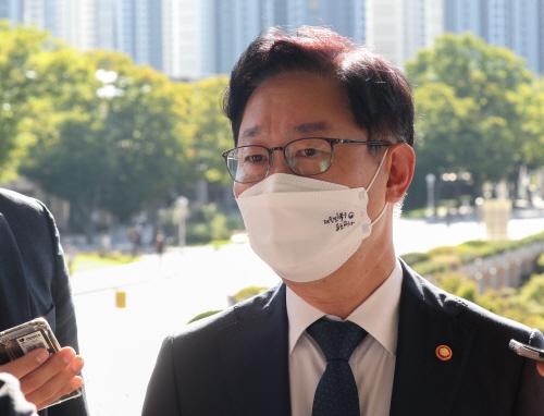 취재진 질문에 답변하는 박범계 법무부 장관<YONHAP NO-2462>
