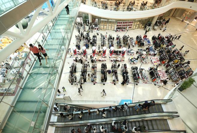 거리두기 4단계 속 주말 쇼핑 나온 시민들<YONHAP NO-3859>