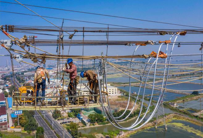 장쑤성 송전선서 작업하는 중국 근로자들