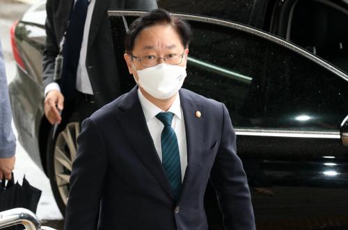 출근하는 박범계 법무부 장관<YONHAP NO-2486>