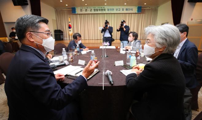 이야기 나누는 서욱 장관-박은정 위원장
