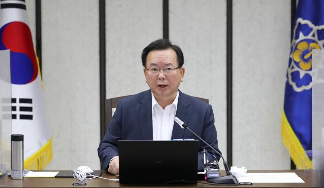 현안조정회의에서 발언하는 김부겸 총리