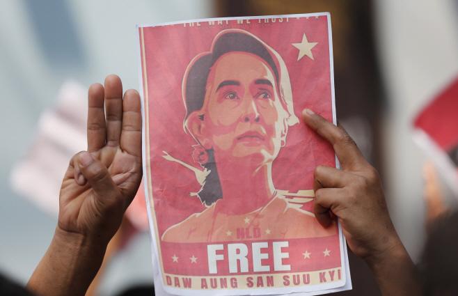 아웅산 수치 사진 들고 '쿠데타 항의 시위' 하는 태국 내 미얀마인들
