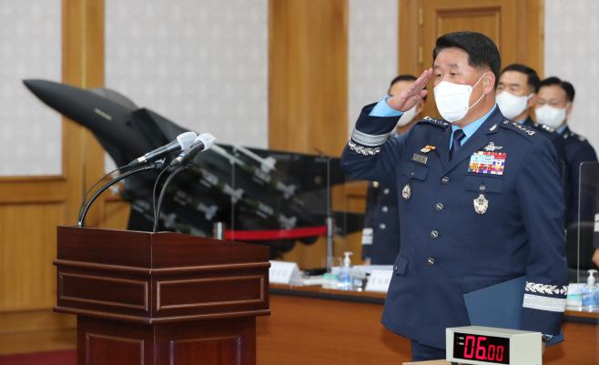 경례하는 공군 참모총장