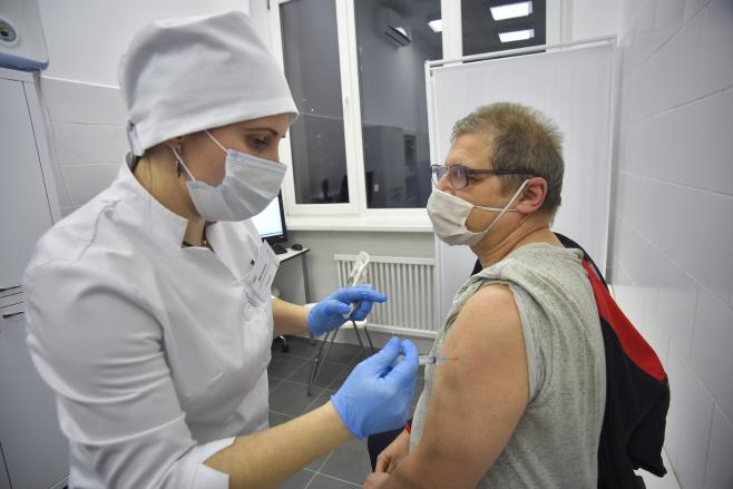 노인 대상 '스푸트니크 V' 백신 접종 시작한 러시아
