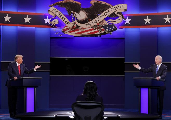 트럼프-바이든 마지막 TV토론, '끼어들기' 줄고 차분한 분위기...대선 영향 미미