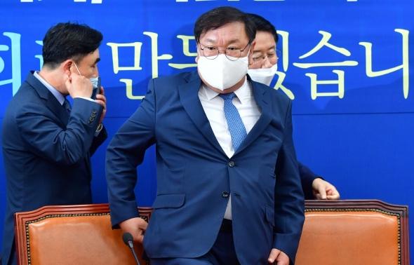 원내대책회의 참석하는 김태년 원내대표