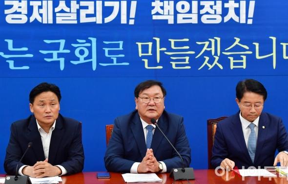원내대책회의 발언하는 김태년 원내대표