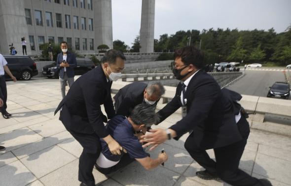 대통령 향해 신발 던진 시민 제압
