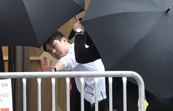 영탁, 우산 사이로 깨알 인사!