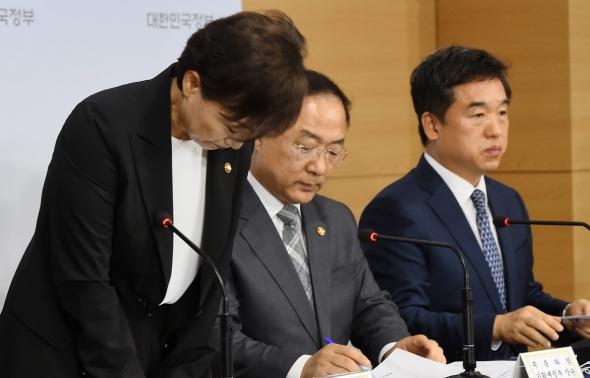 인사하는 김현미 장관