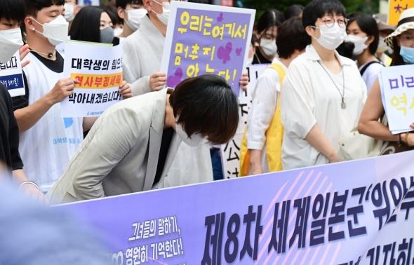 고개숙인 이나영 정의연 이사장