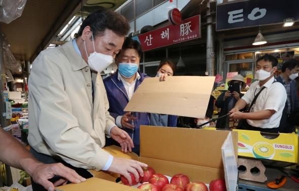사과 구입하는 이낙연 대표