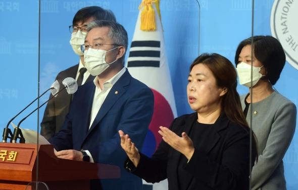 '3선 제한법' 관련 발언하는 최강욱 대표