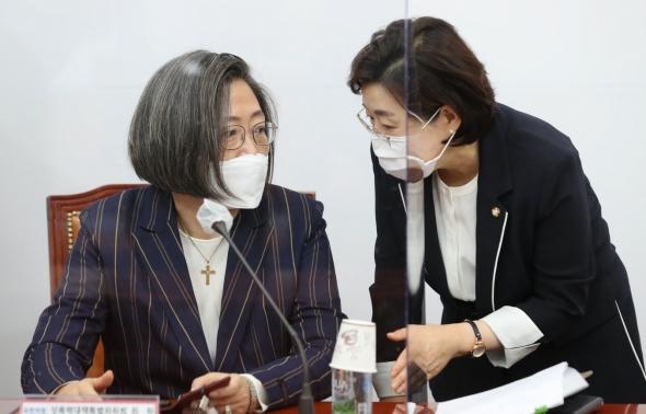 대화하는 김정재-이수정