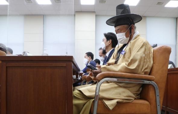 짚신 신고 갓 쓰고 국감 출석한 참고인