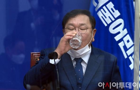 물 마시는 김태년 원내대표