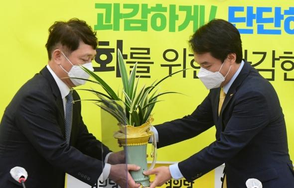 대통령 축하난 받는 김종철 대표
