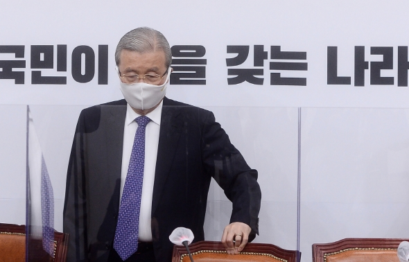 굳은 표정으로 비대위 참석하는 김종인