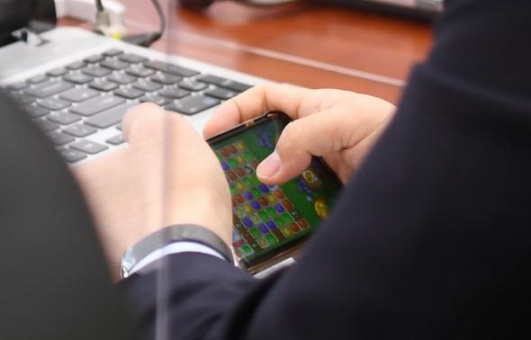 국감장에서 게임하는 강훈식 더불어민주당 의원