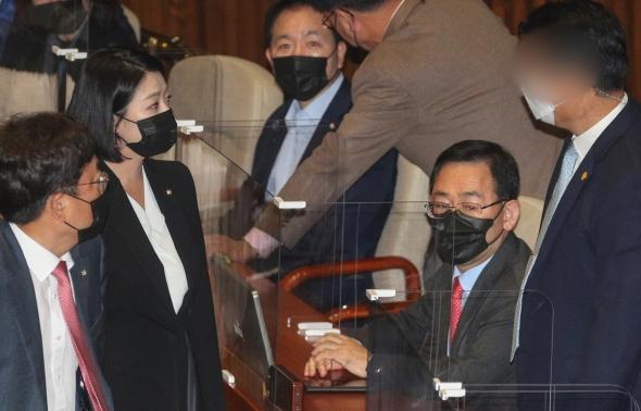 배현진, 주호영 몸수색 시도 靑경호원에 항의